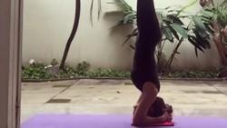 Seleb plus desainer Bella Shofie dikabarkan baru saja melahirkan anak laki-laki. Terkenal dengan tubuh rampingnya, yoga menjadi pilihannya jaga kebugaran.