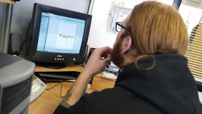 Ilustrasi mengetik dengan font yang bukan Times Newer Roman (Foto: Tim Boyle/Getty Images)