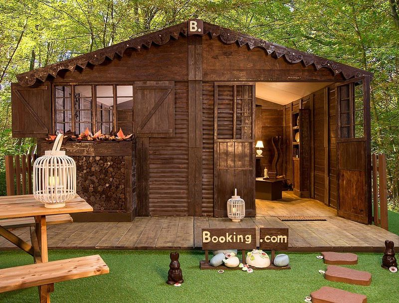 Inilah The Chocolate Cottage, hotel yang terbuat dari 1,5 ton cokelat. Hotel ini berada di Sevres, sekitar 38 menit perjalanan naik mobil dari Paris, Prancis (Booking.com)
