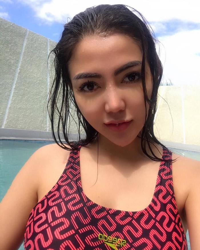 Tak hanya yoga, Bella juga suka basah-basahan dengan olahraga berenang. (Foto: Instagram/bellashofie5292)