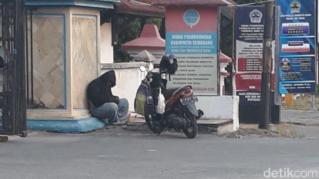 Duduk Sejak Kemarin di Pinggir Jalan, Pria Ini Ternyata Meninggal