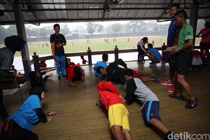 Atlet atletik Asian Para Games berlatih di tribun Stadion Sriwedari, Solo, Jawa Tengah, Rabu (19/9/2018).