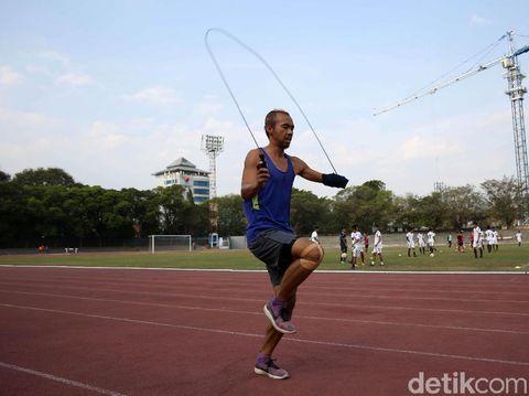 Setiyo Budihartanto berlatih di lapangan Manahan, Solo ke Asian Para Games 2018.
