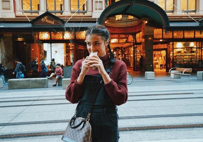 Ia kerap kulineran diberbagai negara. Salah satunya melahap seporsi taco saat berada di Town Hall, Sydney. Gaya aktris berusia 18 tahun itu memang sangat manis. Foto: Instagram amandarawles