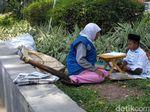 Semangat Irvian, Anak Penjual Koran yang Belajar di Pinggir Jalan