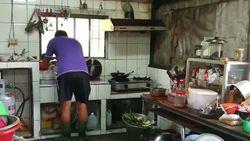Takut Kesetrum, Selama 7 Tahun Keluarga Ini Pakai Sepatu Boots ke Dapur!