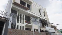 Tak Sesuai IMB, Lantai 4 Rumah Mewah di Jelambar Dirobohkan