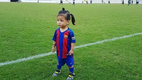Potret Menggemaskan Anak-anak Pakai Jersey Barcelona FC