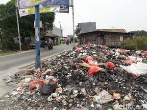Bau! Sampah Berserakan di Pinggir Jalan di Bekasi