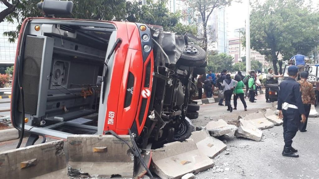 Polisi Amankan Sopir Minitrans yang Terguling di Jl Gatot Subroto