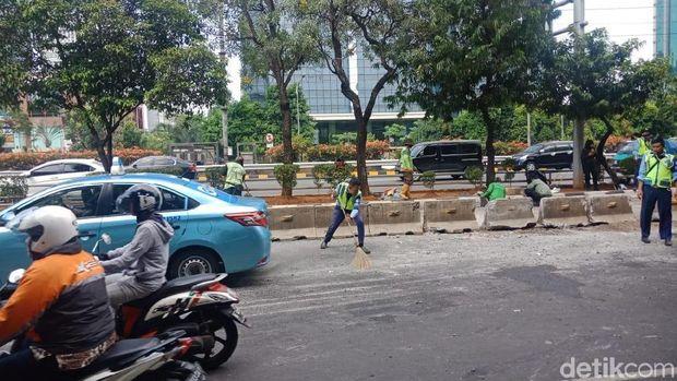Bus Minitrans yang Terguling di Jl Gatot Subroto Sudah Dievakuasi