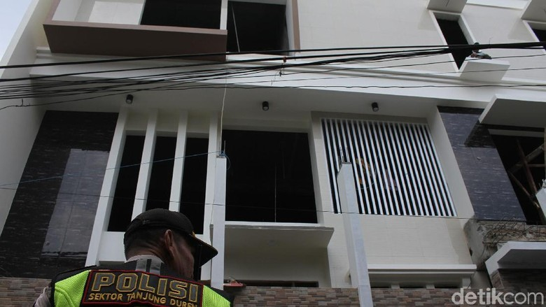 Tak Sesuai IMB, Rumah di Jakbar Ditertibkan