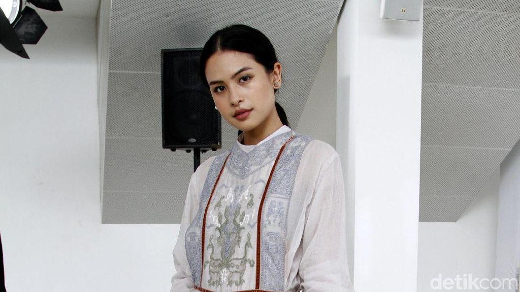 Foto: Adu Gaya Selebriti di Fashion Show Sapto Djojokartiko
