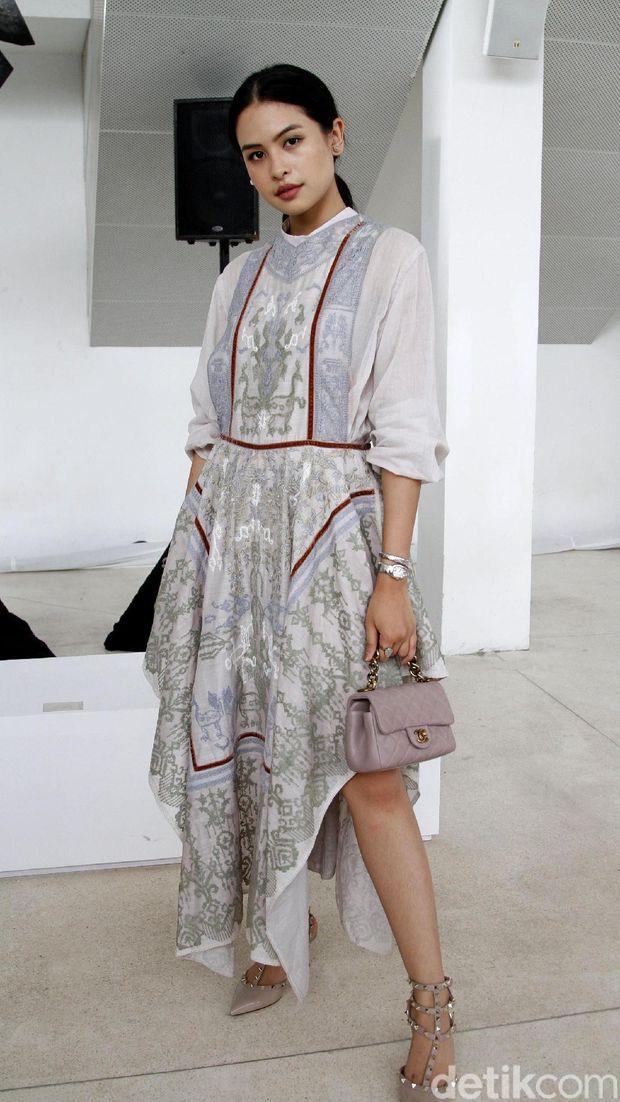 Maudy Ayunda di fashion show Sapto Djojokartika.