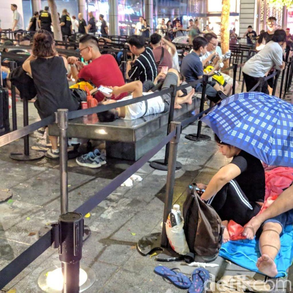 Hujan Deras Tak Surutkan Semangat Pengantre iPhone di Singapura