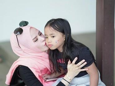 Kecup sayang Bunda Angel untuk gadis kecilnya. (Foto: Instagram/ @angellelga)