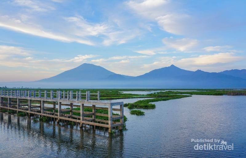 Ini foto Rawa Pening saat berair di pagi hari. Tampak jelas pemandangan dermaga serta keindahan Gunung Telomoyo, Merbabu dan Ungaran dari kejauhan (Galih Yoga/dTraveler)