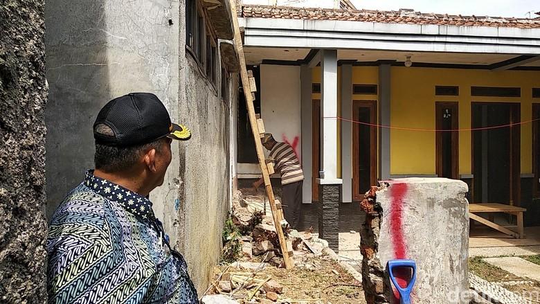Murah Hati Tetangga Beri Akses untuk Rumah Pak Eko yang Terblokade
