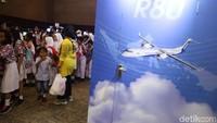 Pada stand R80, dipamerkan miniatur pesawat baling-baling buatan Habibie tersebut.