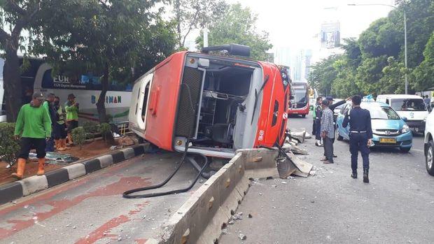 Bus Metrotrans Terguling di Jl Gatot Subroto