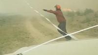 Selang air tersebut ikut terbakar dan meleleh. INSTAGRAM @MAR.LOWSKY/via REUTERS.