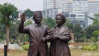 Di patung BJ Habibie tampak berbeda dengan kehadiran Ainun Habibie yang menggenggamnya erat. Foto: Tia Agnes