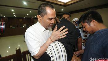 Tangis Keluarga Saat Bupati HST Nonaktif Dihukum 6 Tahun Penjara