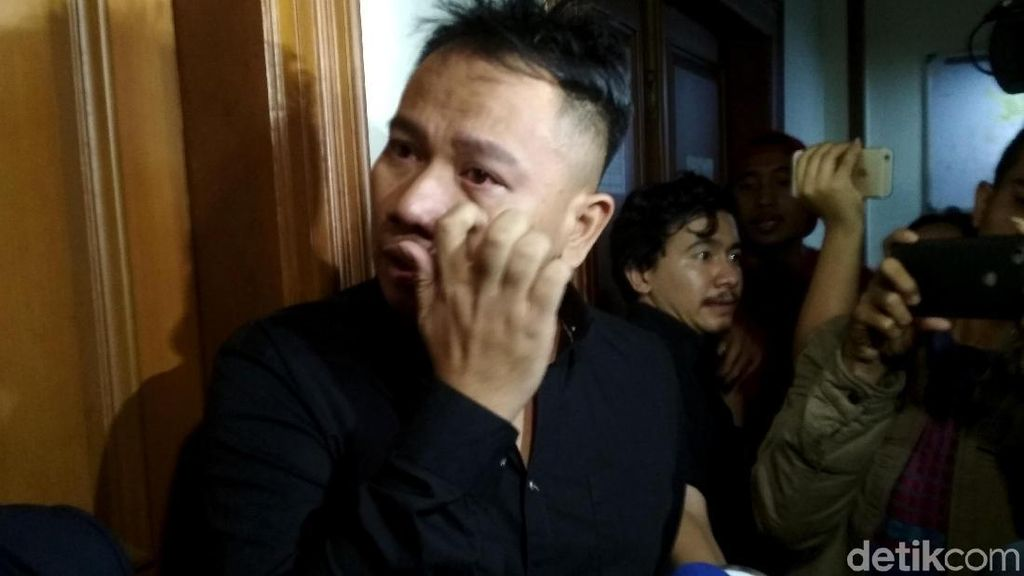 Sambil Berurai Air Mata Vicky Prasetyo Layangkan Gugatan Cerai
