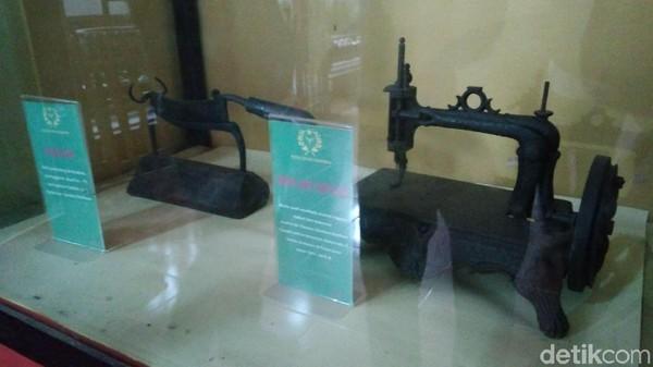 Dua benda kuno lainnya adalah mesin jahit, dan kacip atau alat pemotong tembakau sebagai hadiah kepada Sultan Kanoman VI Sultan Komarudin II. (Sudirman Wamad/detikTravel)