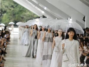 Malam Tahun Baru Diprediksi Hujan, Ini 7 Gaya Busana Biar Tetap Kece