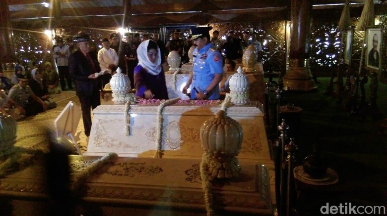 Panglima TNI dan Para Kepala Staf Ziarah Pak Harto di Giribangun