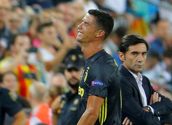 Cristiano Ronaldo di kartu merah. Foto: REUTERS/Heino Kalis
