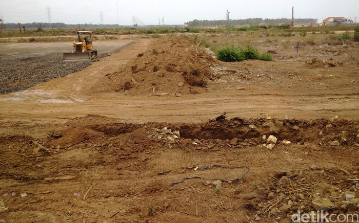 Truk dan alat berat sudah bekerja di lokasi proyek bandara.