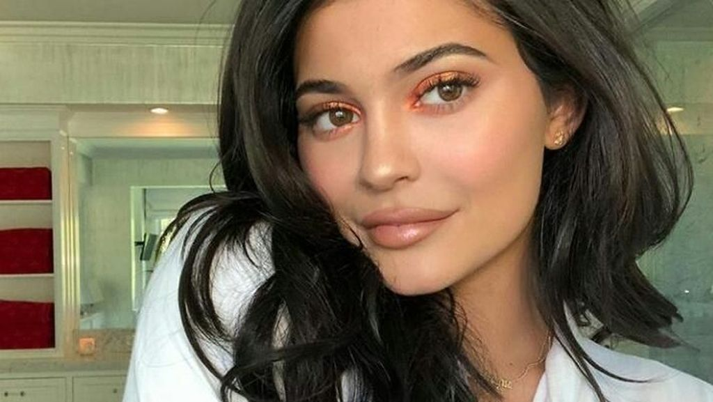 Jelang Natal, Kylie Jenner Pajang Mobil Mewah Baru