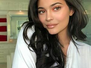 3 Bulan Tak Pakai Filler, Bibir Tipis Kylie Jenner Kini Tebal Lagi