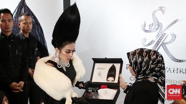Syahrini memamerkan hadiah untuk pembeli tiket Rp25 juta.