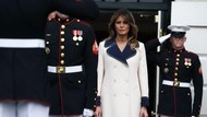 Melania Trump Pakai Mantel Gucci Rp 59 Juta yang Bikin Netizen Nyinyir