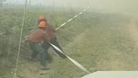 Petugas pemadam kebakaran berusaha menyelamatkan selang air mereka. INSTAGRAM @MAR.LOWSKY/via REUTERS.