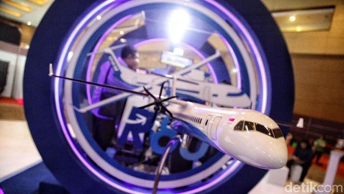 Miniatur pesawat R80 mejeng di Bekraf Habibie Festival. R80 merupakan pesawat rancangan Presiden ke-3 BJ Habibie.