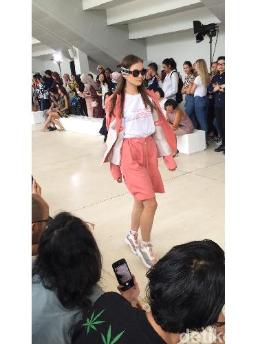 Tampilan pembuka fashion show koleksi Spring-Summer 2019 karya Sapto Djojokartiko di Istora Senayan, Jakarta, Kamis (20/9/2018).