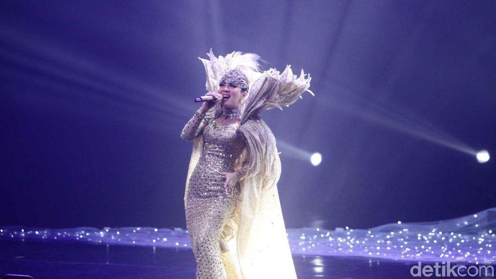 Luna Maya Berhalangan, Reino Barack Beli Tiket VIP Saat Konser Syahrini
