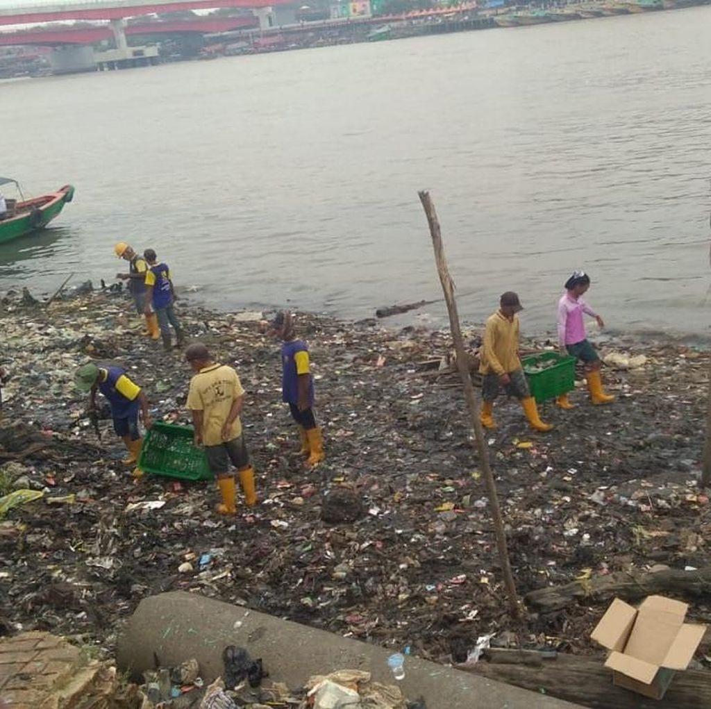 Lautan Sampah di Bawah Jembatan Ampera Diangkut, Capai 5 Ton/Hari