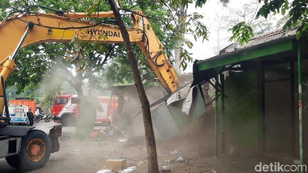 Disosialisasikan 12 Tahun, 90 Kios Pinggir Sungai Jagir Dirobohkan
