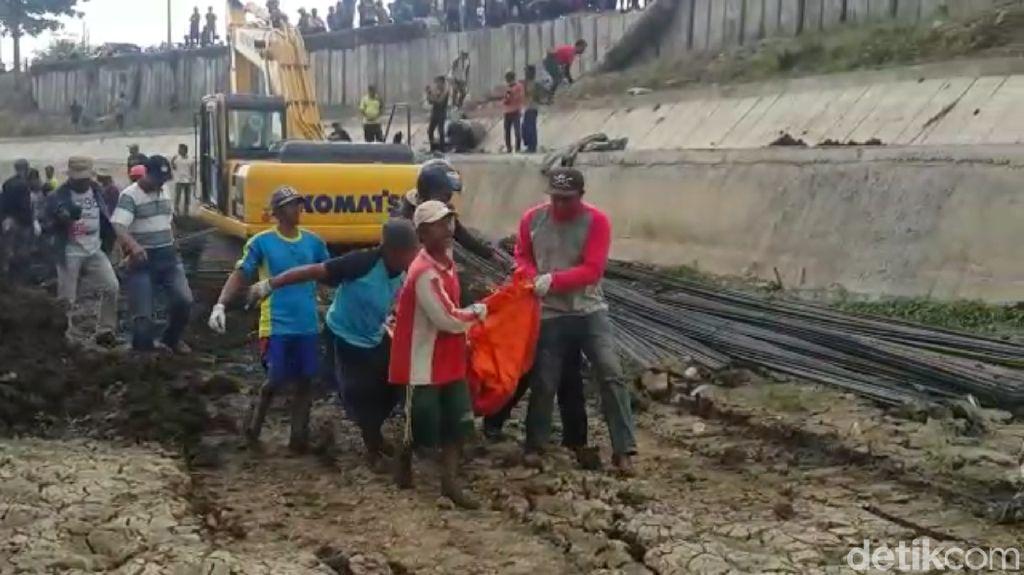 Truk Terperosok ke Sungai di Tegal, Sopir Tewas Tertimbun Besi