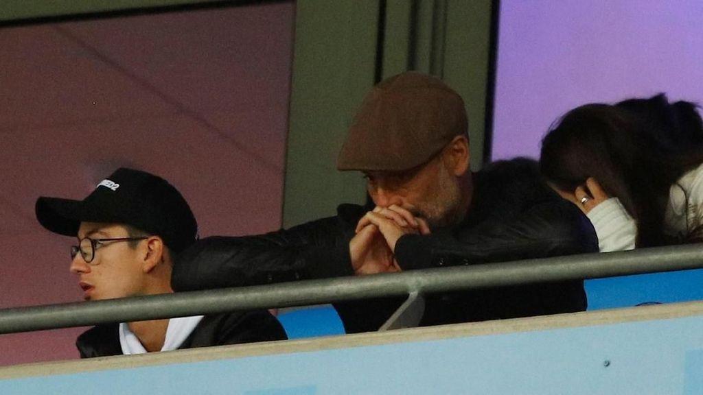 Dari Tribun Penonton, Guardiola Tertunduk Lesu