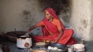 Karena Banjir, Wanita Ini Masak Makanan Langsung di Lubang WC