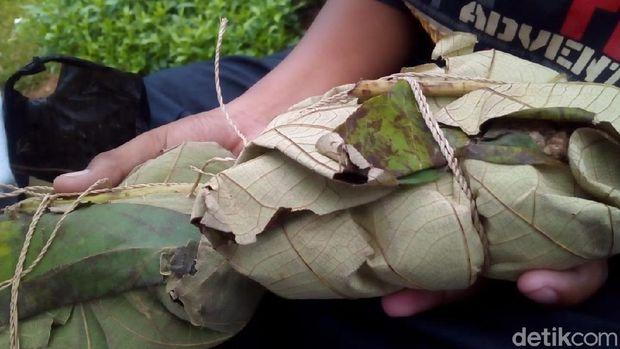 Nasi berkat tradisi Buka Luwur.