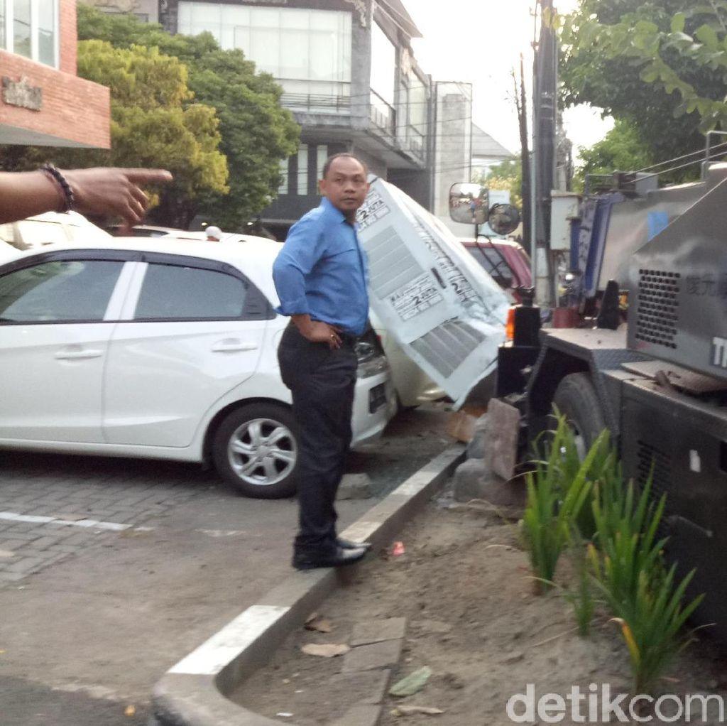 Rem Blong, Mobil Crane Tabrak Pohon dan Rusakkan 2 Mobil