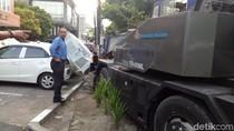 Rem Blong, Mobil Crane Tabrak Pohon dan Merusak 2 Mobil