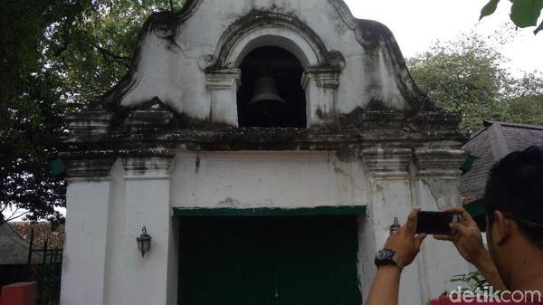 Lonceng Gajah Mungkur berada di Selatan Langgar Keraton Kanoman. Lonceng ini dulu difungsikan untuk penanda waktu salat. (Sudirman Wamad/detikTravel)